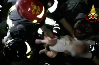 Italie: un bébé de 7 mois retrouvé sous les décombres (VIDEO)