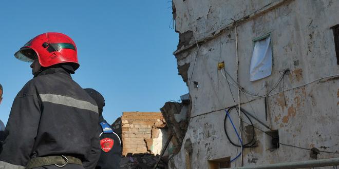 Un immeuble menaçant ruine s'effondre à Casablanca