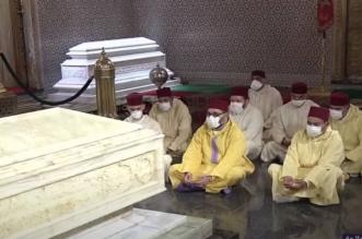 Le roi Mohammed VI s'est recueilli sur la tombe de Feu Hassan II